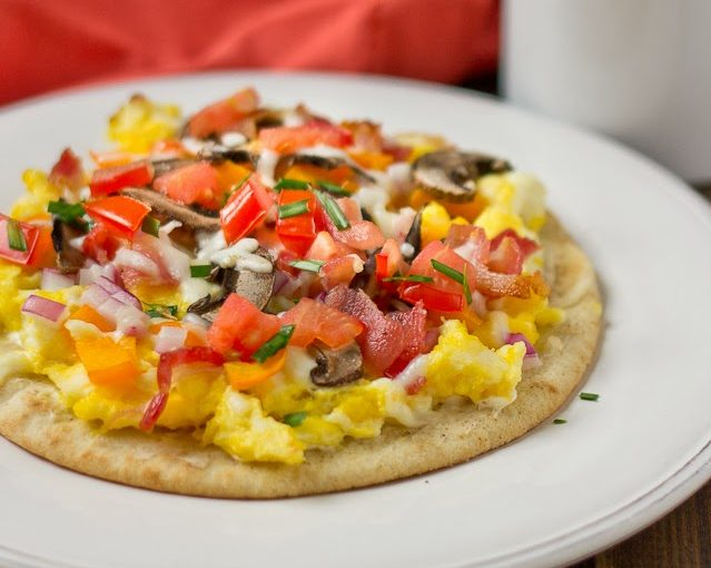 Pizza for breakfast? Yes please, thanks to this yummy Breakfast Flatbread Pizza.