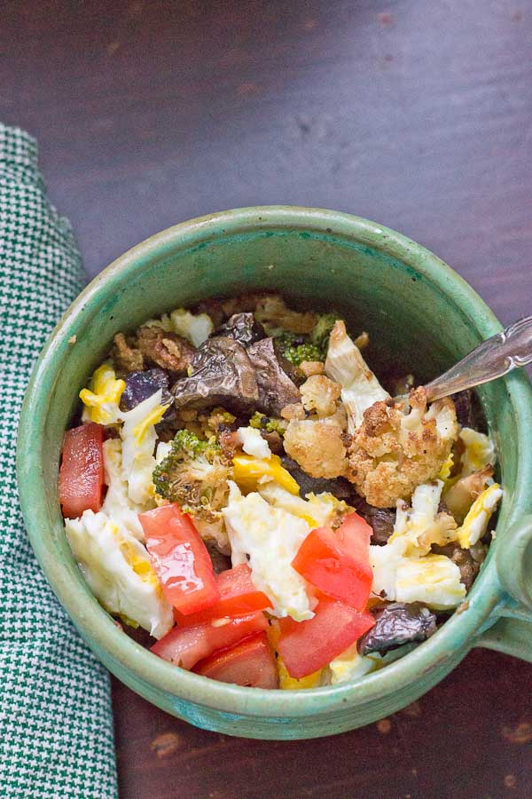 Yummy breakfast bowl packed with roasted veggies makes for an easy weekday morning! Healthy and veggie-filled breakfast ready in less than 5 minutes!