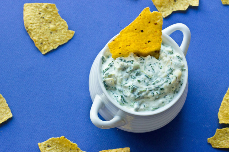 Who needs an EASY last minute crowd pleasing appetizer? Get the chips and crudités ready, this recipe for Slow Cooker Spinach Artichoke Dip one is super yum!